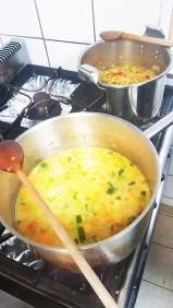 La soupe et le kitchari mijotent tranquillement